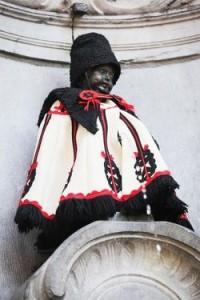 A Pisilő kisfiú magyar huszárnak öltöztetve