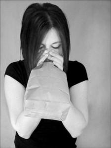 A papírzacskóba légzés segíthet a csuklás megszüntetésében