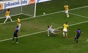 Daley Blindet nem nagyon zavarták a brazil védők a második holland gólnál.